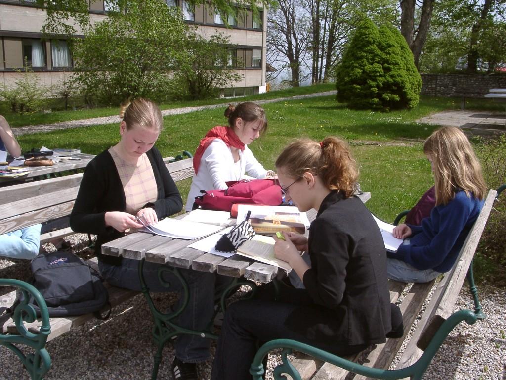 Nora, Marita, Elli, Dani lernend