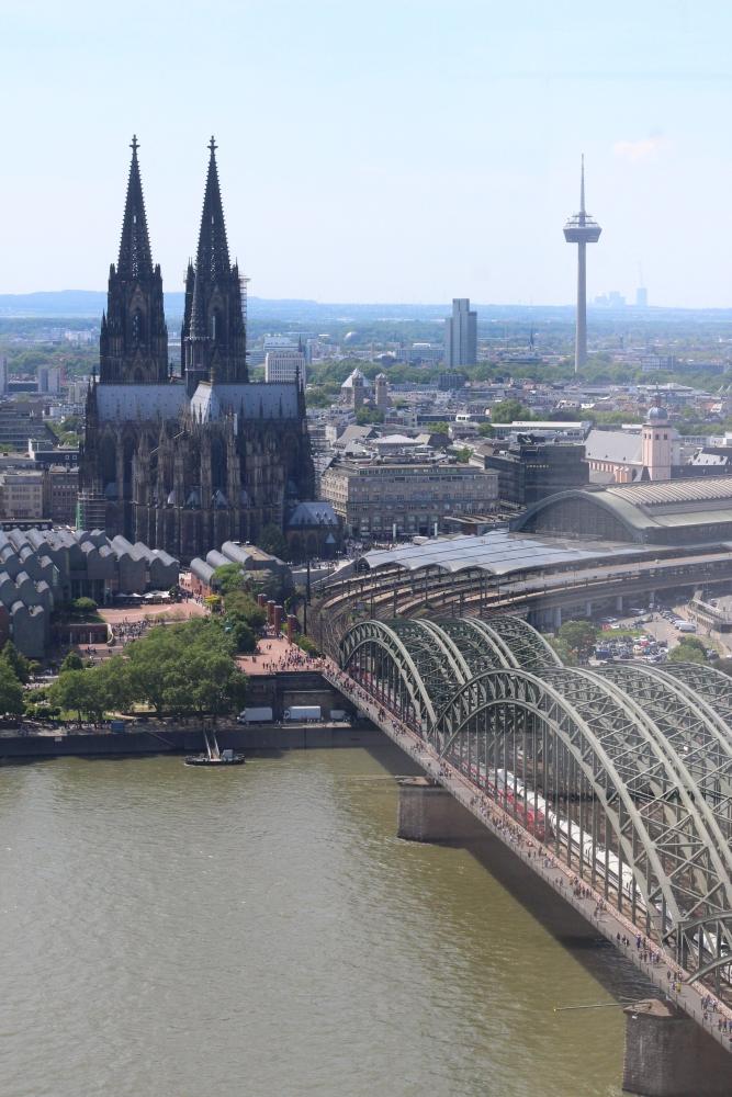 Blick auf Hohenzollernbrücke, Bahnhof und Dom, Köln